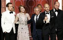 """Райън Гослинг, Ема Стоун, Марк ПЛат, Джон Леджънт, Фред Бъргър и Джордан Хоровиц приемат наградата """"Най-добра комедия или мюзикъл"""" за мюзикъла La La Land"""