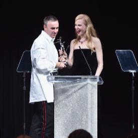 Никол Кидман връчи наградата на Раф Симънс