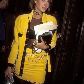 Кристи Търлингтън в жълт костюм с пола от две части. Дали не си личи, че е дело на VERSACE?
