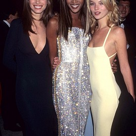Деколте, блясък и голи гърбове - ако искате да заложите на дълга рокля за следващото голямо събитие, вземете пример от Кристи Търлингтън, Наоми Кембъл и Кейт Мос.