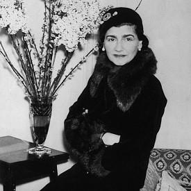 Първата страст на Шанел не е модата (нито втората). Тя искала да бъде професионална певица и дори като тийнейджър посещавала често кабаретата във Франция. Опитала се и да танцува, но член на една от групите й казал, че не вижда бъдещето й на сцена, което я вразумило.