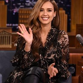 2. Актрисата споделя, че се е почувствала като пълноценна жена, когато е навършила 30 години. Преди това Алба призна в едно от интервютата, че са преобладавали по-мъжки черти в нея.