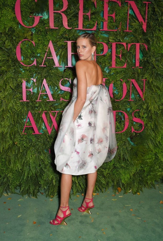 Каролина Куркова на Green Carpet Fashion Awards с модел от колекцията Orange Fiber на Salvatore Ferragamo