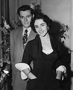 """Елизабет Тейлър и съпругът й Конрад Хилтън пристигат в младоженския апартамент на """"Савой"""", 1950 г."""