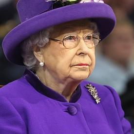 На Кралицата й е позволено е да шофира без документи. Шофьорскте си умения тя е демонстрирала по време на Втората световна война, когато е управлявала камион за спешни нужди на специалния женски батальон.