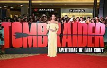 Алисия Викандер в жълта рокля на Louis Vuitton