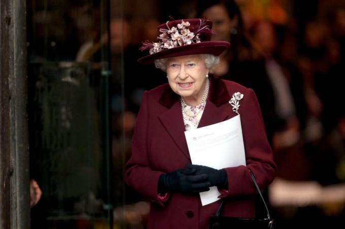 Какво носи кралица Елизабет в чантата си?