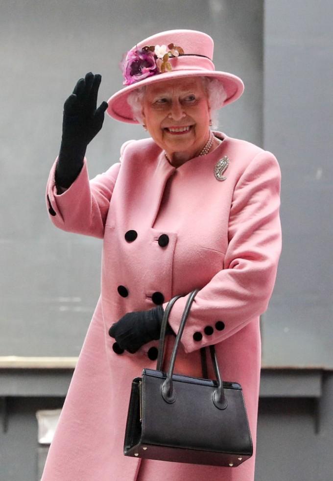 Елизабет II може да пътува без паспорт. Макар и всички...