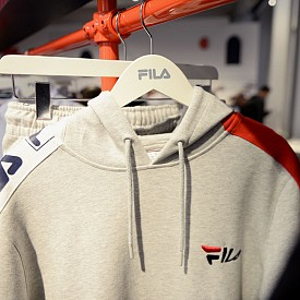 FILA ще дебютира на миланската седмица на модата. Олдскул италианската марка завладява подиума. След няколко сътрудничества с модни марки като Fendi и Gosha Rubchinsky, FILA реши да се присъедини към модните къщи на подиума.
