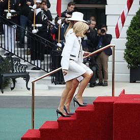 Бриджит Макрон и Мелания Тръмп в бели визии