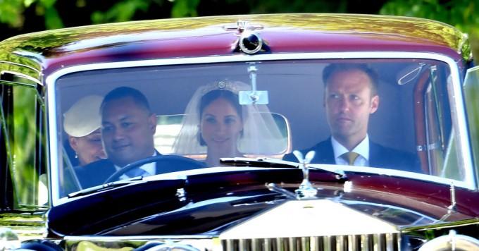 Първи кадри от кралската сватба: Меган Маркъл на път към параклиса