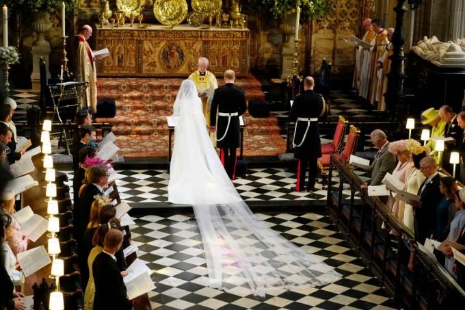 Истинска принцеса: Какво знаем за зашеметяващата рокля на Меган Маркъл