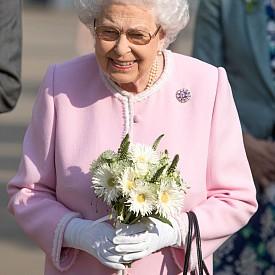 Елизабет II е и глава на Англиканската църква. Това означава, че тя самата няма право да приема друга религия.