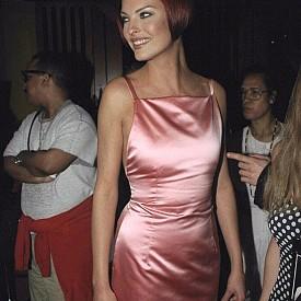 Сатенената рокля на Линда Еванджелиста в милениум розово? Да, да, да!