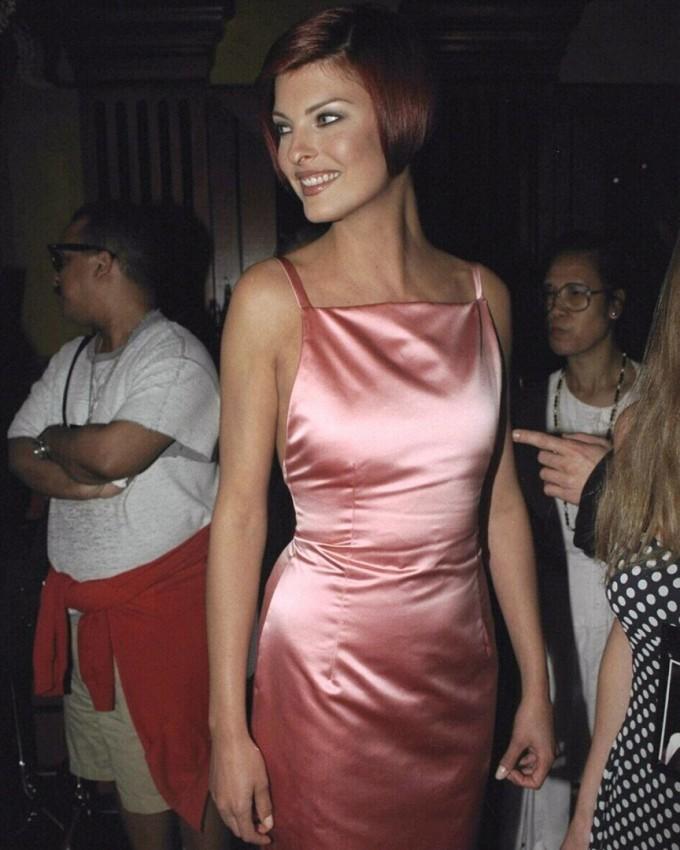 Сатенената рокля на Линда Еванджелиста в милениум...