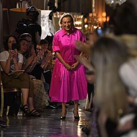 PRADA ще продължава да покорява сърцата на милениалите.  Марката демонстрира бърз ръст тази година - 9% спрямо миналата година с 3%. Миучиа Прада и нейният съпруг, главен изпълнителен директор на Prada Group, Патрицио Бертели, приписват това на новата колекция от неони, която улавя сърцата и визиите на модните инфуенсъри. Интересно е какво следва за марката.