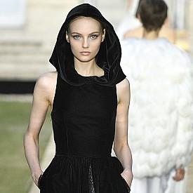 Малката черна рокля на Одри Хепбърн с нов прочит на модния подиум на GIVENCHY