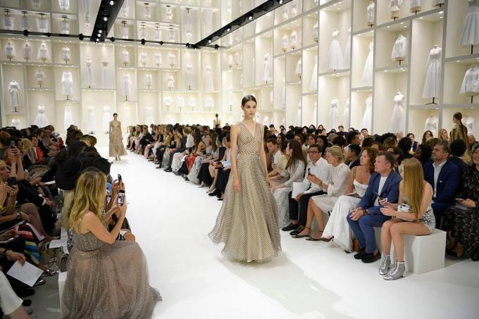 DIOR HAUTE COUTURE: Мария Грация Кюри се връща към изтънчената класика на модната къща