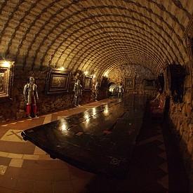 Във вътрешността на замъка се крие и страхотна винарна в рицарски стил
