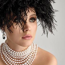 Обеци от злато, перли, черен нефрит и сет от диаманти, колие от перли LUGANO DIAMONDS, шапка – архив
