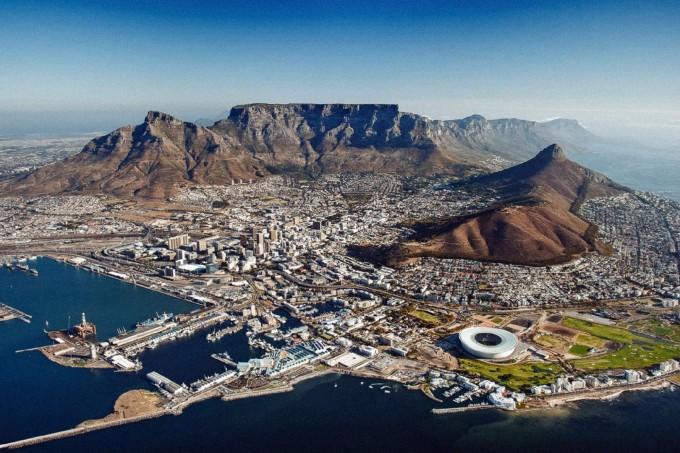 Кейптаун в подножието на планината, а в далечината е нос Добра надежда