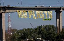 """""""NO PLASTIC"""" - Грийнпийс спуснаха 50-метров банер от Аспаруховия мост"""