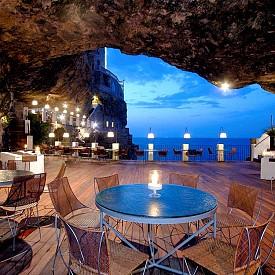 Ако не се тагнете от Grotta Palazzese, все едно не сте били в Полиняно а маре!Това е един от най-романтичните ресторанти в света! Вграден в канара, той предлага не просто вечеря на свещи, а уникална гледка към лазурните води на Адриатическо море. www.grottapalazzese.it