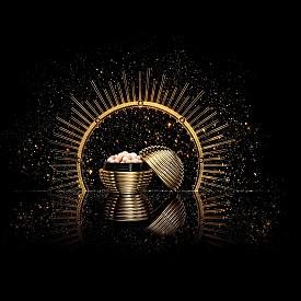 Златните перли: истинско бижу! Като златна топка от елхата, тя е скрила в себе си четири магични нюанса златни перли: жълто, медено, шампанско и бяло. Придават уникално сияние на лицето в празничните вечери.