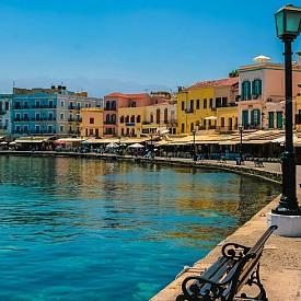 ХАНЯ, КРИТ  Това е вторият по големина град на острова и е известен още като Венецианското пристанище. Тук се смесват венецианско и турско влияние в архитектурата. Една от най-популярните забележителности е венецианският фар на пристанището, археологическият и военноморският музей. Едно от задължителните неща е да опитате местната храна, която се слави като една от най-вкусните в света.
