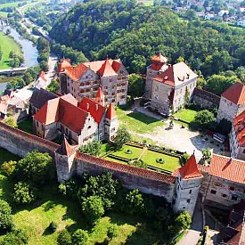 Замъкът Харбург е най-голямата средновековна германска крепост (11-ти век), запазена без преустройство, реконструкция и други архитектурни промени. Харбург се издига на хълм, а потъмнелите стени са запазили автентичния цвят на Средновековието.