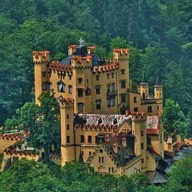 Градът Швангау е най-романтичната спирка на маршрута. Тук са великолепните кралски замъци на XIX век - Хоеншвангау и легендарният Нойшванщайн.