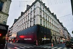 """Фасадата на YSL Beauty Hotel, който се намира до площад """"Мадлен"""" в Париж."""