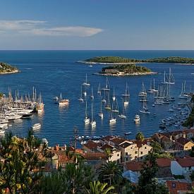ХВАР, ХЪРВАТИЯ  Най-слънчевият остров на Адриатика – лозя, маслини, лавандула и много извори. Мекият климат, многобройните заливи, субтропичната растителност превръщат острова в една от най-красивите дестинации в Хърватия.