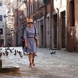 """Този филм е едно истинско околосветско пътешествие! Яж, моли се и обичай разказва за Лиз Гилбърт (Джулия Робъртс), съвременна жена, тръгнала на пътешествие по света, в търсене и преоткриване на своето """"Истинско Аз"""". Изправена на кръстопът, след развод, Лиз решава да си вземе едногодишен отпуск и да тръгне по света с идеята да промени живота си изцяло. Тя посещава удивителни и екзотични места. Oткрива удоволствието от храненето в Италия, силата на молитвата в Индия, a накрая и то съвсем неочаквано - вътрешната хармония и любовта в Бали"""