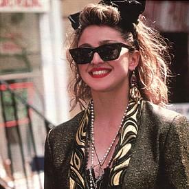 """Мадона, """"Отчаяно се търси Сюзан"""":  Слухът е, че мъжкото сако и дантелените ръкавици, които носи Мадона в този филм, са си нейни."""