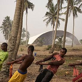 Категория УСЕЩАНЕ ЗА МЯСТО / Фотограф:  Жюлиен Лано / The Stage for Haduwa Arts & Culture Institute, Гана / Архитект: [a]FA [applied] foreign affairs