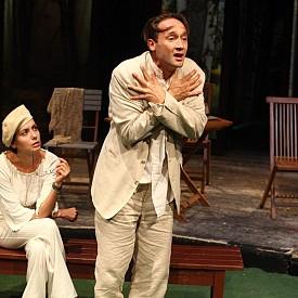 """Една от най-рядко поставяните пиеси на Максим Горки– """"Чудаци"""", намира своя прочит в """"Чаровно лято с неизбежните му там неприятности"""" на Камерната сцена в Народния театър и прави подвластни на чара на лятото актьори като Дарин Ангелов, Илиана Коджабашева и още герои, забъркани в неизяснени любови."""