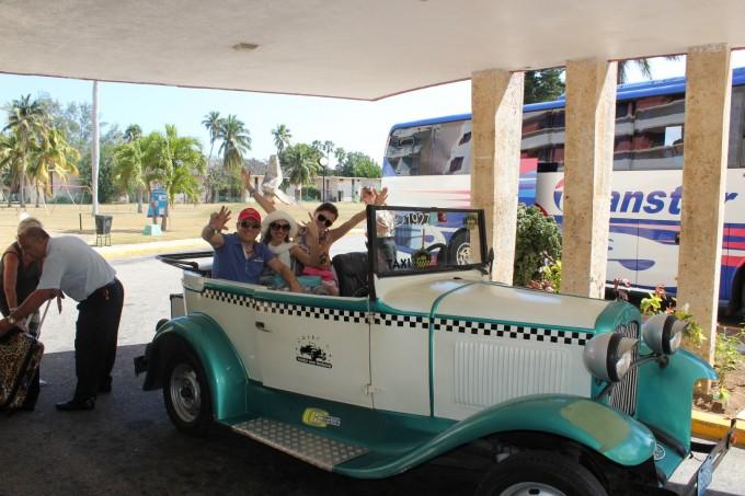 Стела Стойкова в ретро автомобил в Хавана