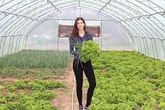 Моделът Валентина Димитрова и семейната им ферма