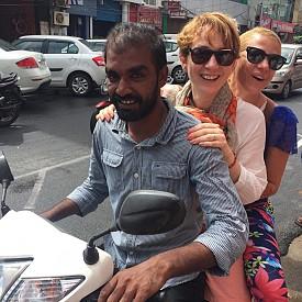 """Уличното движение е вхаотичен ред. Пътят е с маркировка за две платна, а индийците се движат в пет и в тях едновременно се движат коли, рикши, колелета, мотори, крави, крачещи хора. Еднаквото за всички е песента от клаксони, която веки път """"казва"""" нещо различно."""