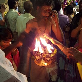 Вярата им, почитта към множество богове, храмовете - символ на религията, превръщат Индия в едно Божествено място. Място, наситено с лечебни мантри, йога практики, медитации, аюрведа, страна, предаваща знание за древната хармонична мъдрост.