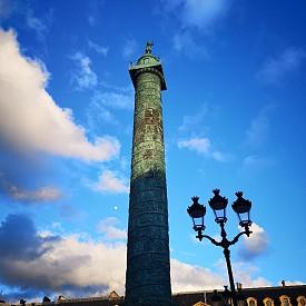"""Колоната на площад """"Вандом"""" на фона на синьото небе"""