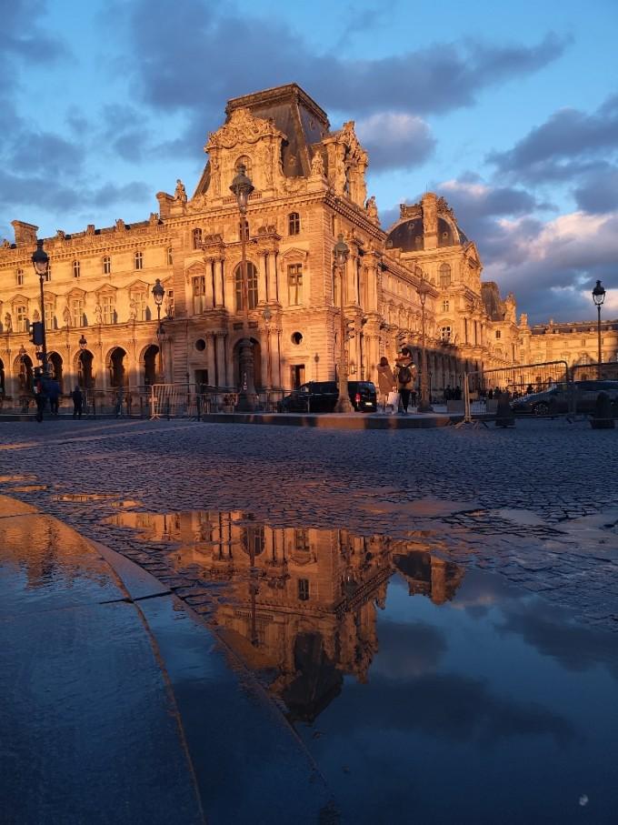 Лувърът изглежда доста романтично на залез слънце в...