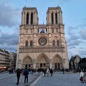 """Забележете как дори изгряваща луна се вижда добре между кулите на катедралата """"Нотр Дам"""""""