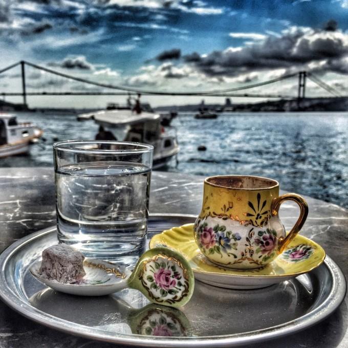 Удоволствието да пиеш турско кафе и да се любуваш на Босфора в Boon Cafe в азиатската част на Истанбул