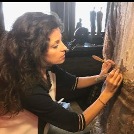 Илинка Чергарова работи по реставрацията на мащабна фигура на Буда.