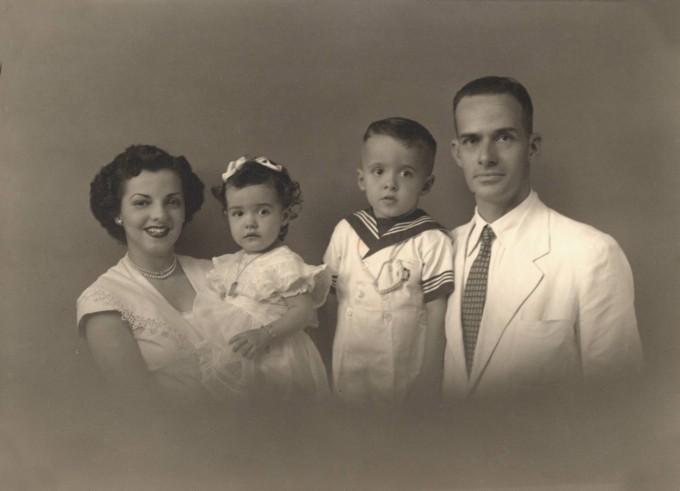 Палулу Коелю с майка си, баща си и сестра си