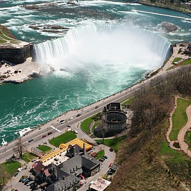 На границата между САЩ и Канада се намира един от най-големите водопади в света – Ниагарският. Той е особено любим освен на туристите, също и на самоубийците. Според статистиката всяка седмица по няколко човека се опитват да сложат край на живота си именно там.