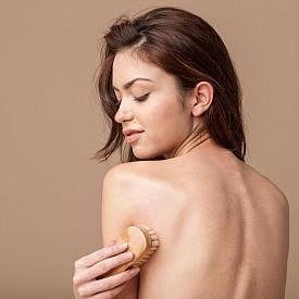 ОБТРИВАНЕ НА ТЯЛОТО С ЧЕТКА Преди да влезете в банята за сутрешен душ, добре е да обтриете тялото с четка с естествен косъм. Правете го с кръгообразни движения в посока от петите към главата, като пропускате гърдите. Този ритуал чудесно ободрява кожата и стимулира притока на кръв. Освен това се бори с целулита и повишава тонуса на цялото тяло, като помага за извеждането на шлаките и токсините.