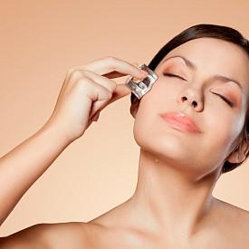 ГРИЖА ЗА КОЖАТА НА ЛИЦЕТО  Много полезно за кожата на лицето сутрин е да я обтривате с кубчета лед – това стимулира метаболизма й и помага за подмладяването. Пригответе си кубчетата лед от по-рано, като може да сложите в тях и билки. Ако се доверявате повече на козметиката, използвайте гел-маска за лице с охлаждащ ефект – докато пиете кафе или закусите, тя ще е изпълнила задачата си.